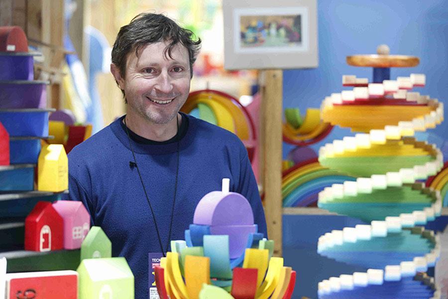 Emprendedor de juguetes en su puesto