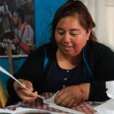 Imagen ilustrativa de una mujer elaborando una bolsa ecológica