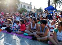 Público de niños y niñas mirando un espectáculo