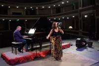 Los músicos Luis Reales en piano y Karina Levine cantando