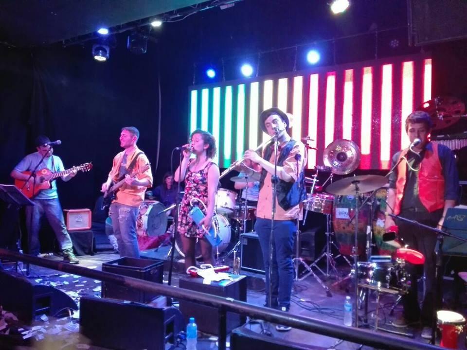 banda de música en escenario