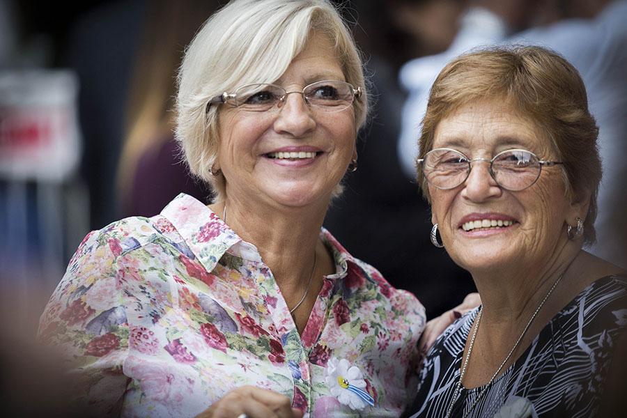 Dos señoras juntas sonriendo