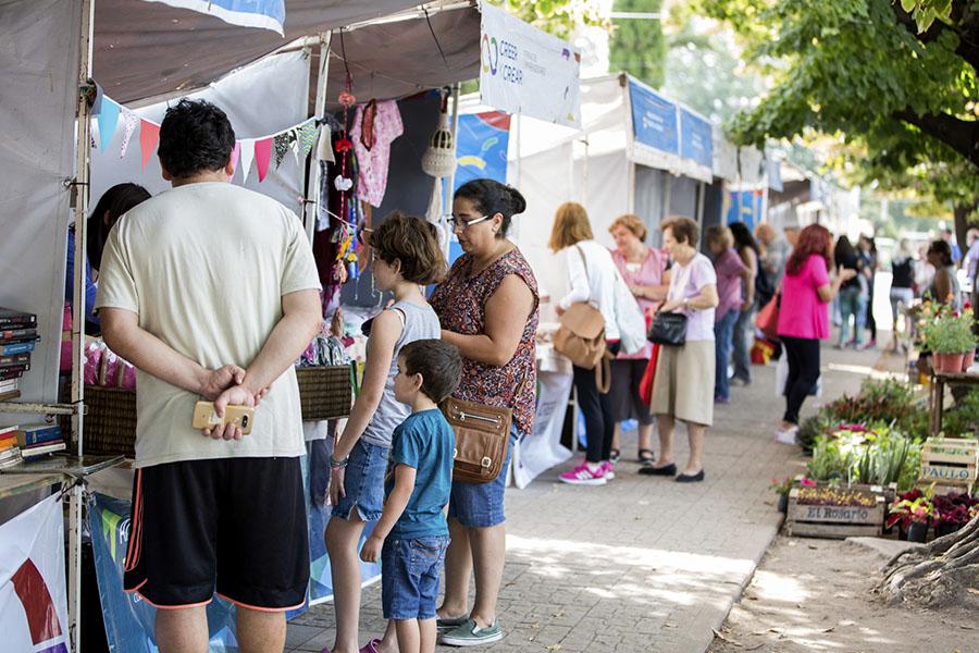 Imagen ilustrativa de vecinos recorriendo la feria de la economía social
