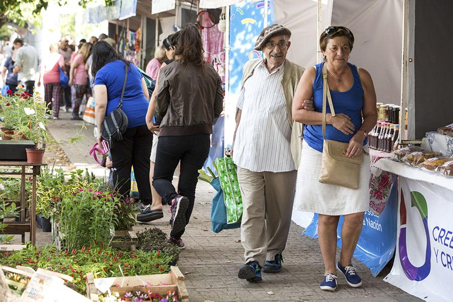 Imagen ilustrativa de personas recorriendo la feria de la economía social
