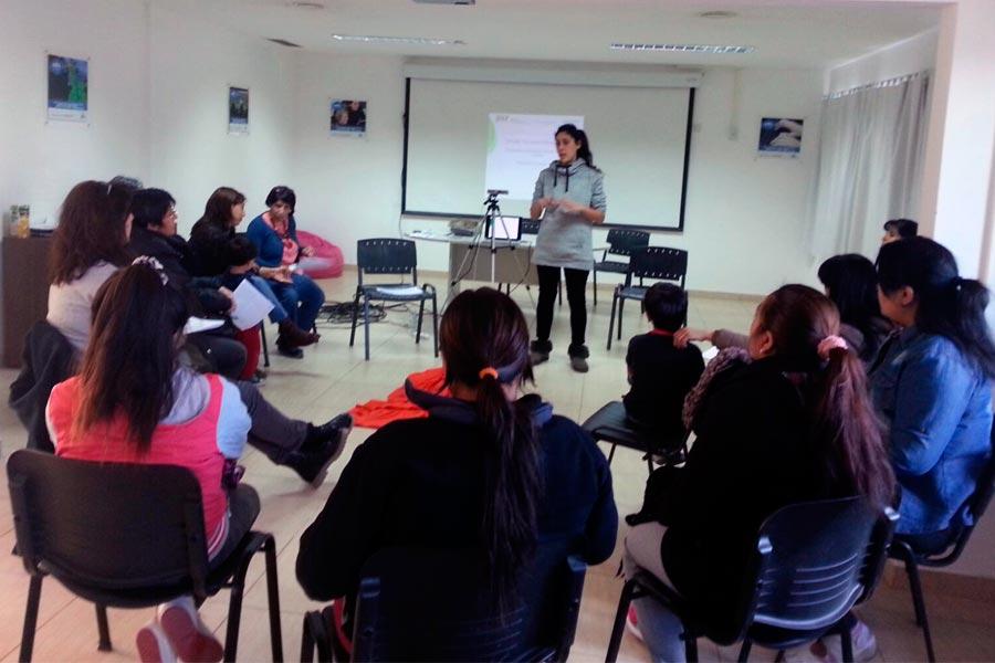 Participantes al curso reunidos en círculo.