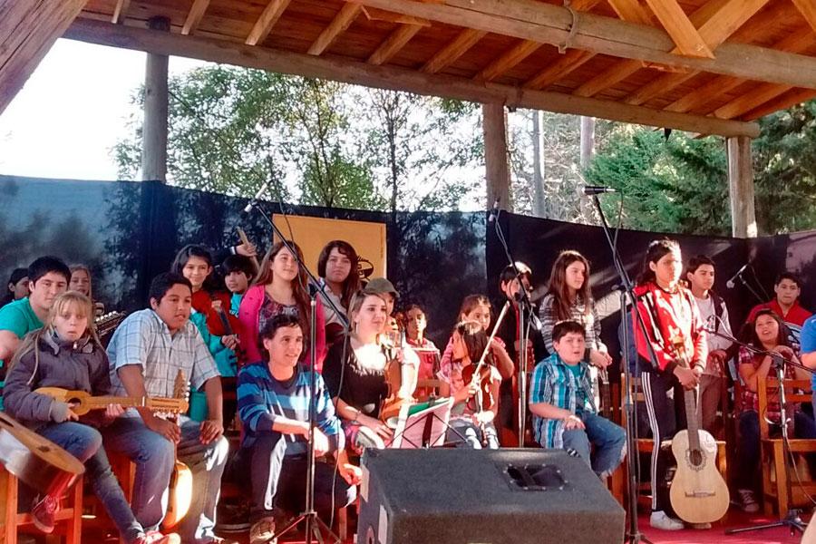 Niños y niñas de la orquesta Raíces.