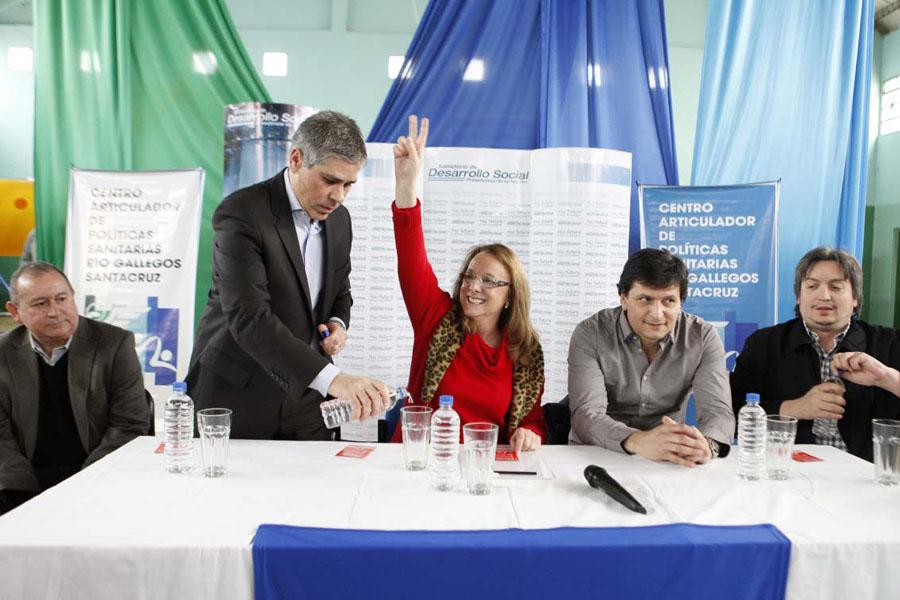 Alicia Kirchner entregó certificados de fortalecimiento institucional a entidades educativas y deportivas.