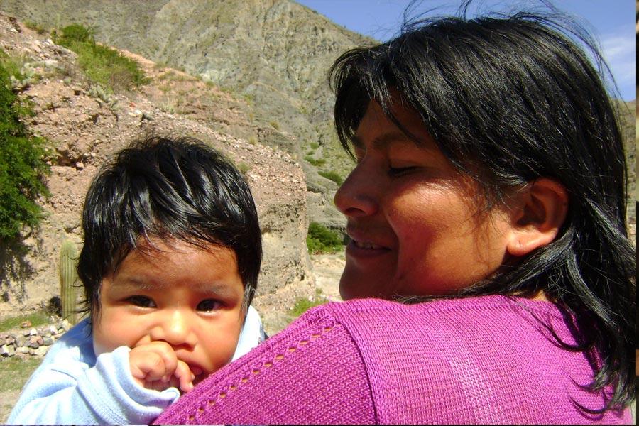 Mujer con su hijo en brazos
