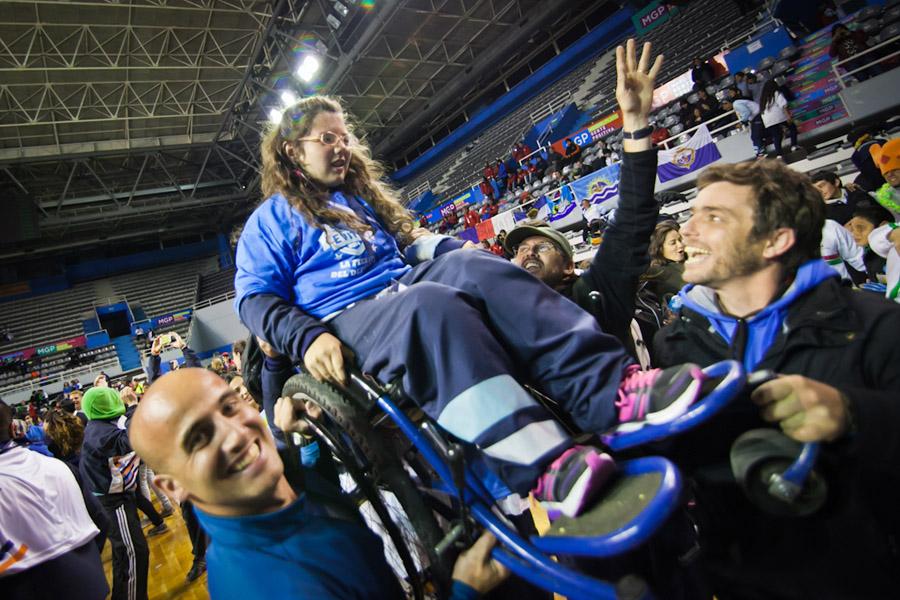 Foto de personas con discapacidad festejando.