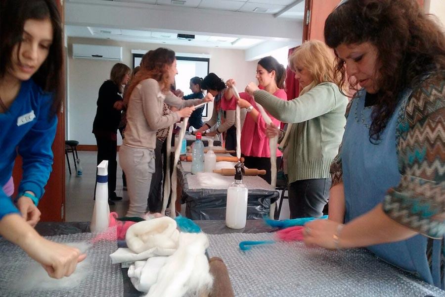 Mujeres trabajando el fieltro