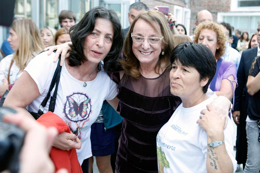 Alicia Kirchner junto a dos mujeres en la inauguración del predio Las Cañitas
