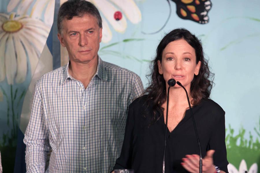 Imagen de la ministra Carolina Stanley hablando, junto al presidente Mauricio Macri.