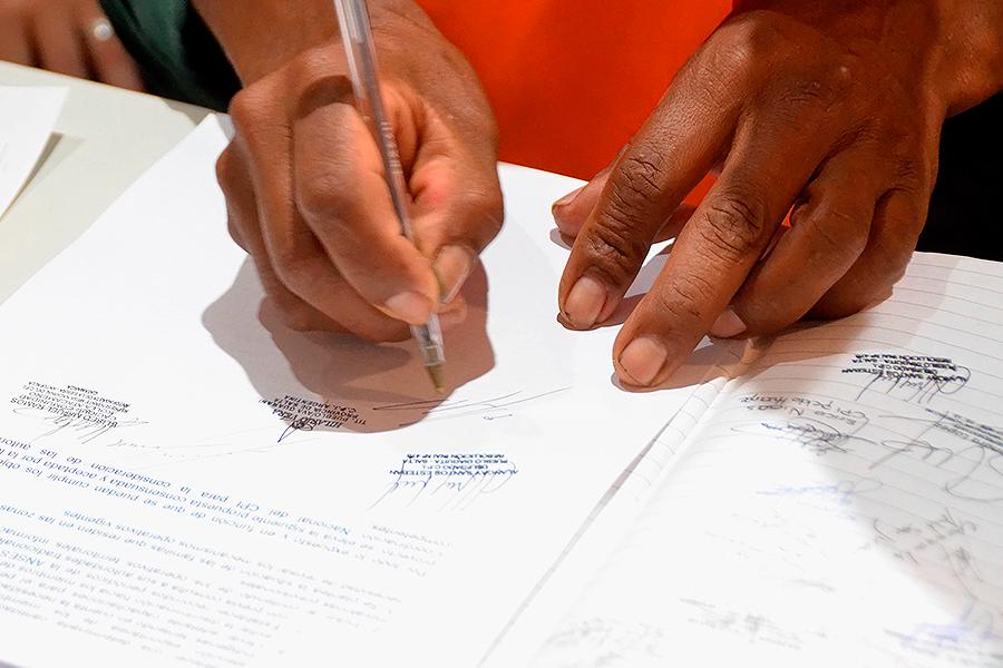 Foto que ilustra el momento de la firma del plan de acción.