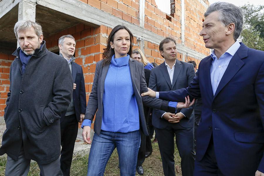 El Presidente y la Ministra de Desarrollo Social recorriendo viviendas sociales en Almirante Brown.