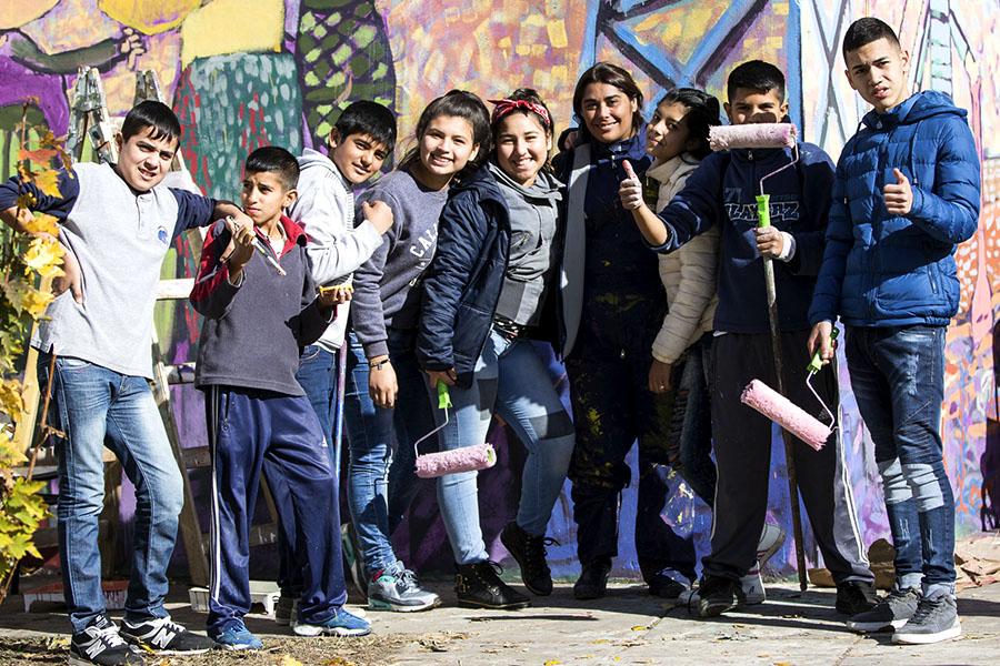 Estudiantes de la Secundaria N° 24 junto al mural