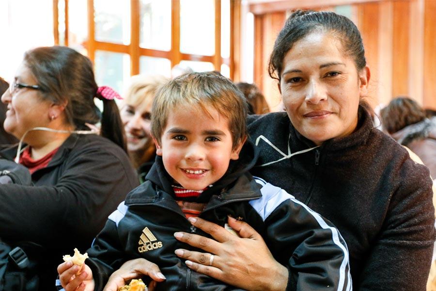 Mamá junto a su hijo en brazos