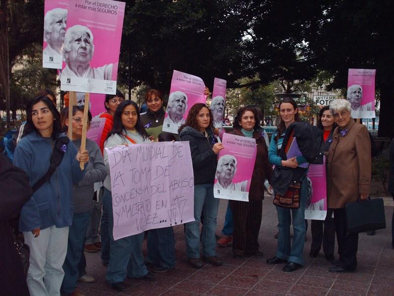Personas manifestándose a favor del día mundial de toma de conciencia sobre el maltrato en la vejez