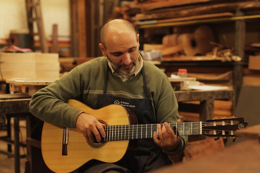 El luthier Julio Malarino construye guitarras clásicas y archtop (para música jazz) en Olivos, provincia de Buenos Aires.