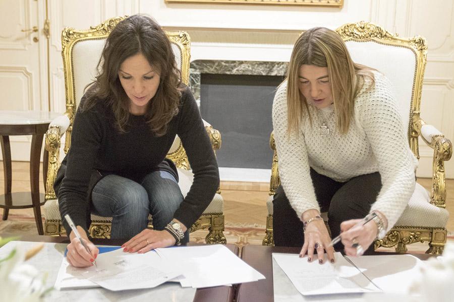 Imagen ilustrativa de la ministra de Desarrollo Social, Carolina Stanley y la gobernadora de Tierra del Fuego, Rosana Bertone durante la firma del convenio en Casa Rosada.
