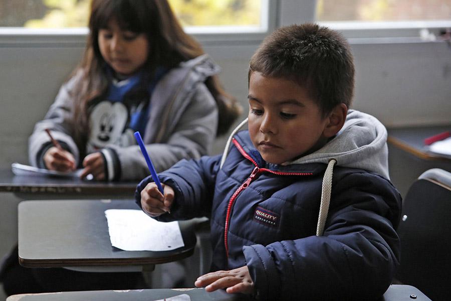 Imagen ilustrativa de chicos en edad escolar