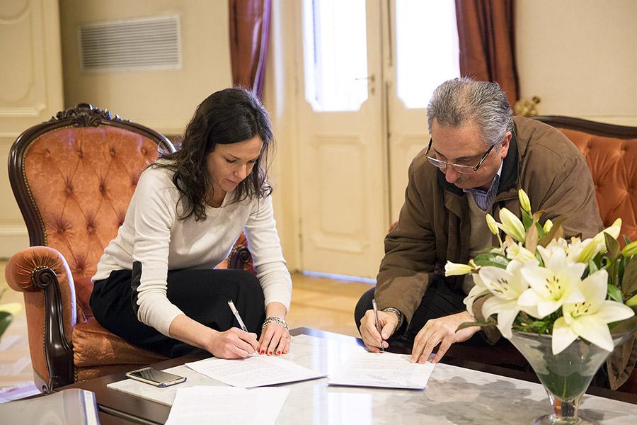 La ministra junto al gobernador de Misiones, Hugo Passalacqua, quien firmó también el convenio de economía social.