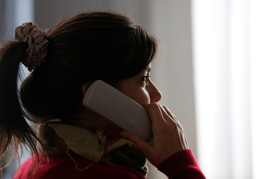 Imagen ilustrativa de una mujer hablando por teléfono.