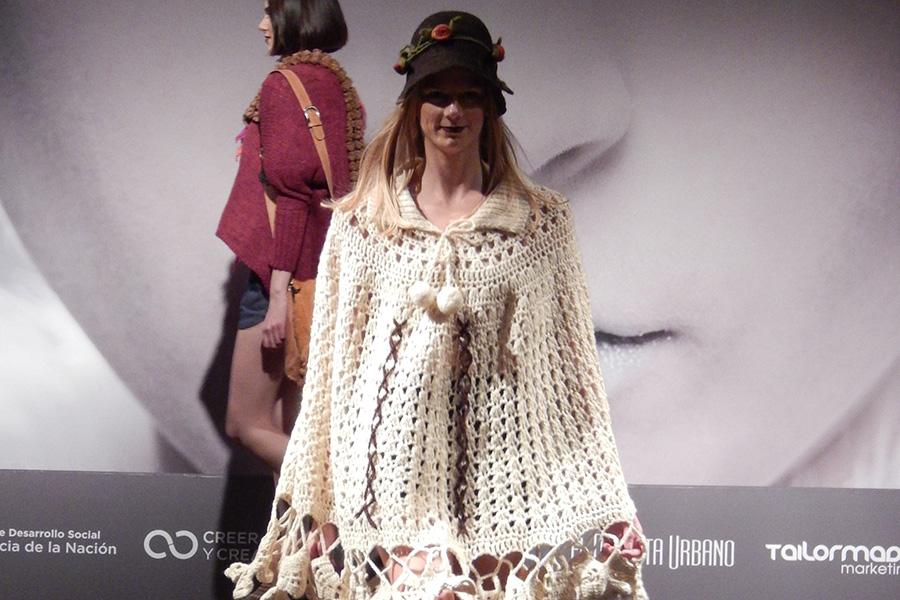 Modelo femenina exhibiendo los diseños de la economía social.
