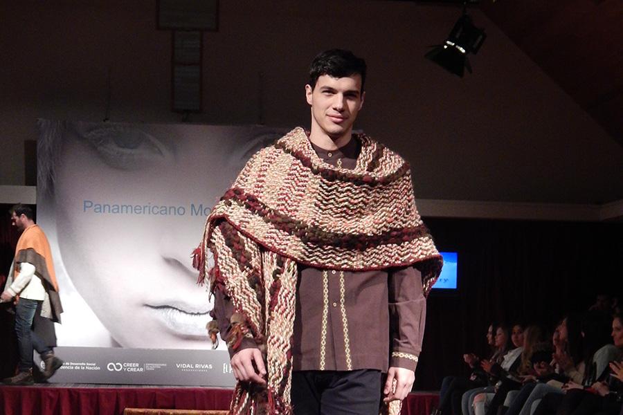 Modelo masculino exhibiendo los diseños de la economía social.