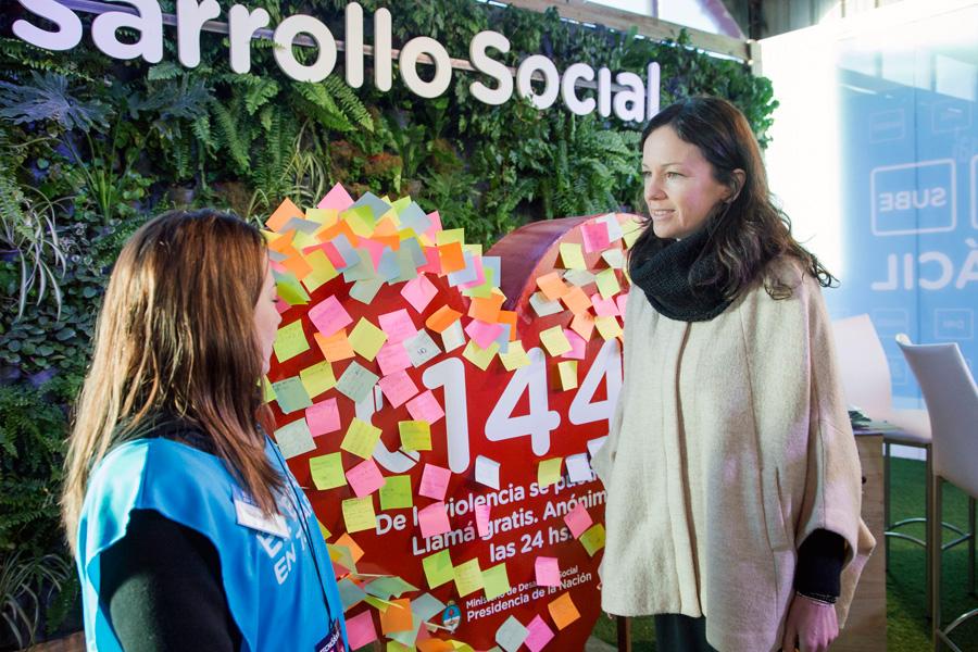 Carolina Stanley en el stand de desarrollo en tecnópolis
