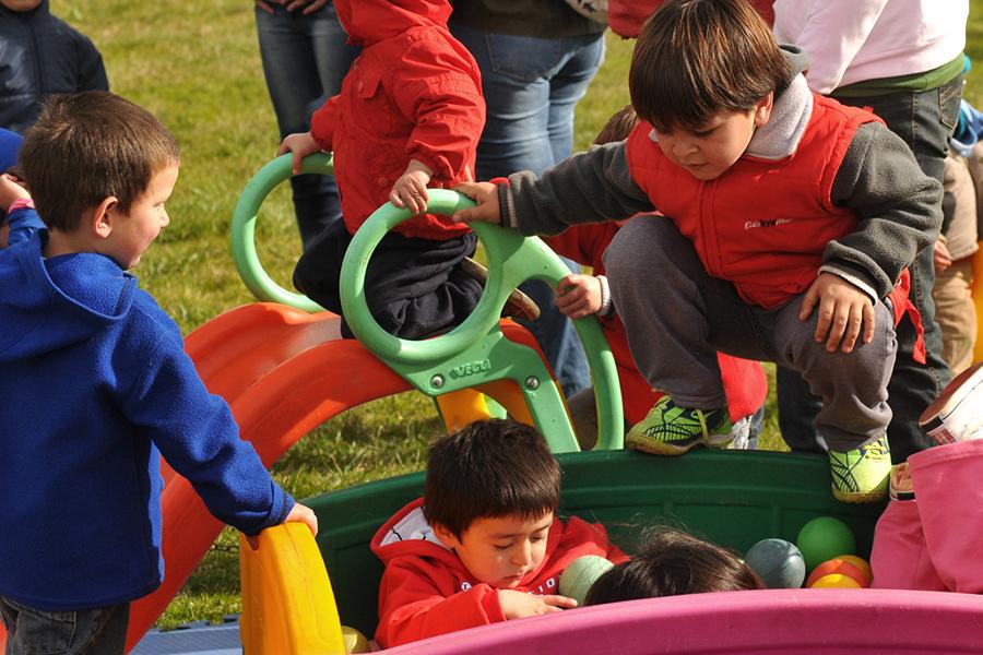 Chicos de Ayacucho divirtiéndose en los juegos inafantiles