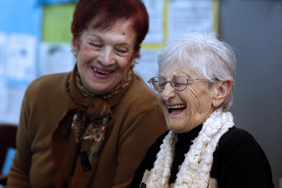 Imagen ilustrativa de dos adultas mayores riendo.