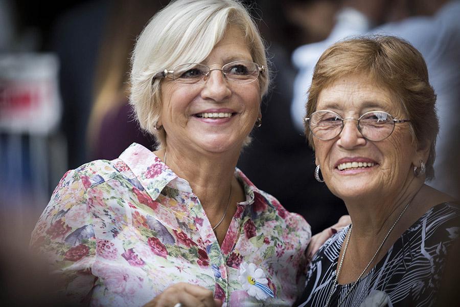 Imagen ilustrativa de dos adultas mayores sonriendo.