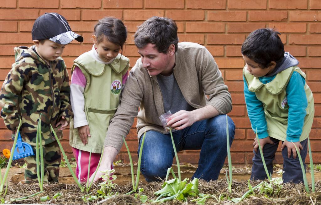 Fotografía ilustrativa de niños aprendiendo sobre cultivo.
