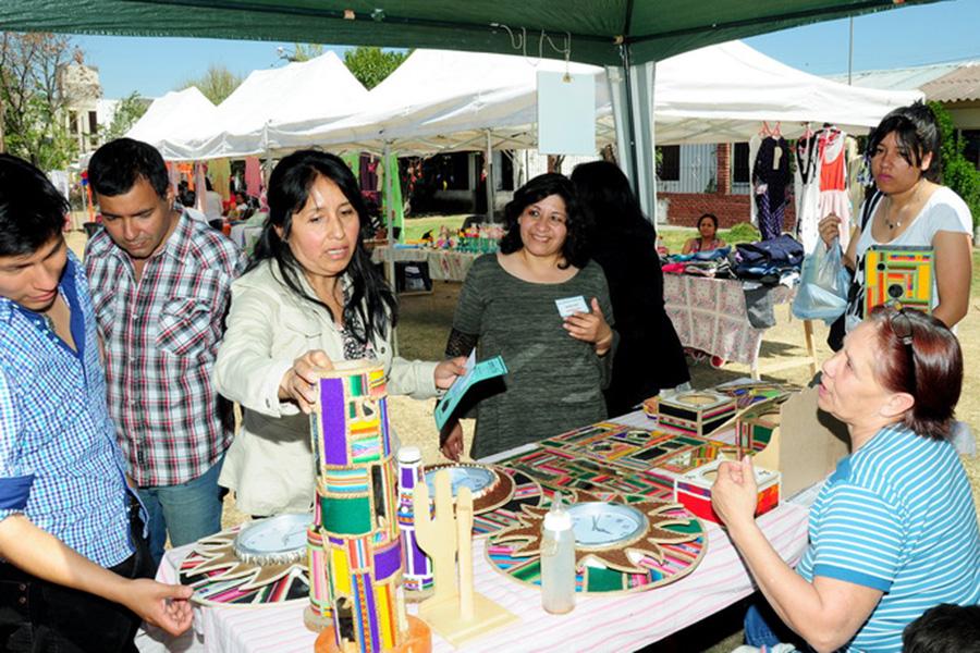 Fotografía ilustrativa de dos mujeres comprando artesanías.