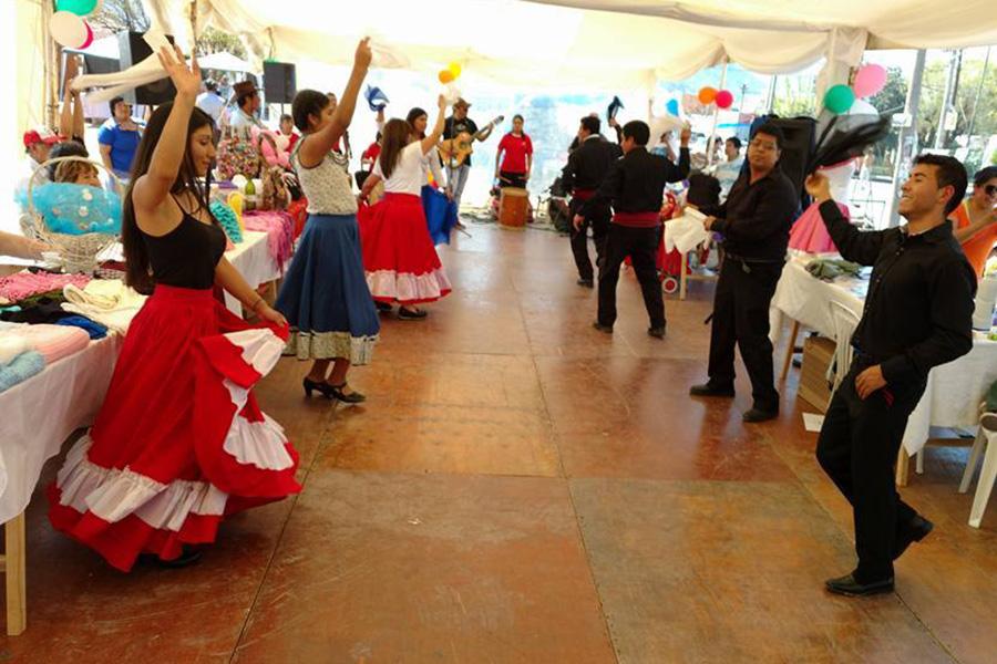 Fotografía ilustrativa de jóvenes bailando folklore.
