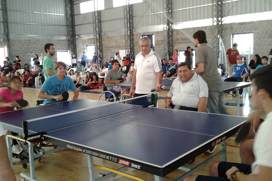 Imagen ilustrativa de personas practicando deportes adaptados.