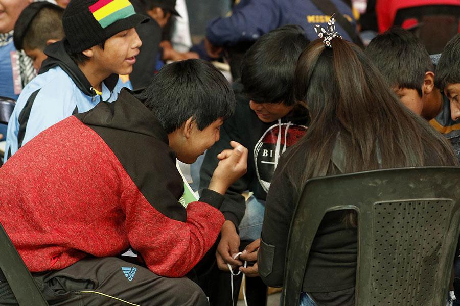 Imagen ilustrativa de jóvenes dialogando entre si.