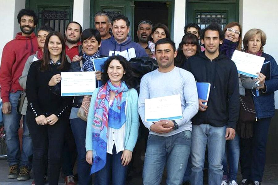 Imagen ilustrativa de Malvina y sus compañeros recibiendo los diplomas.