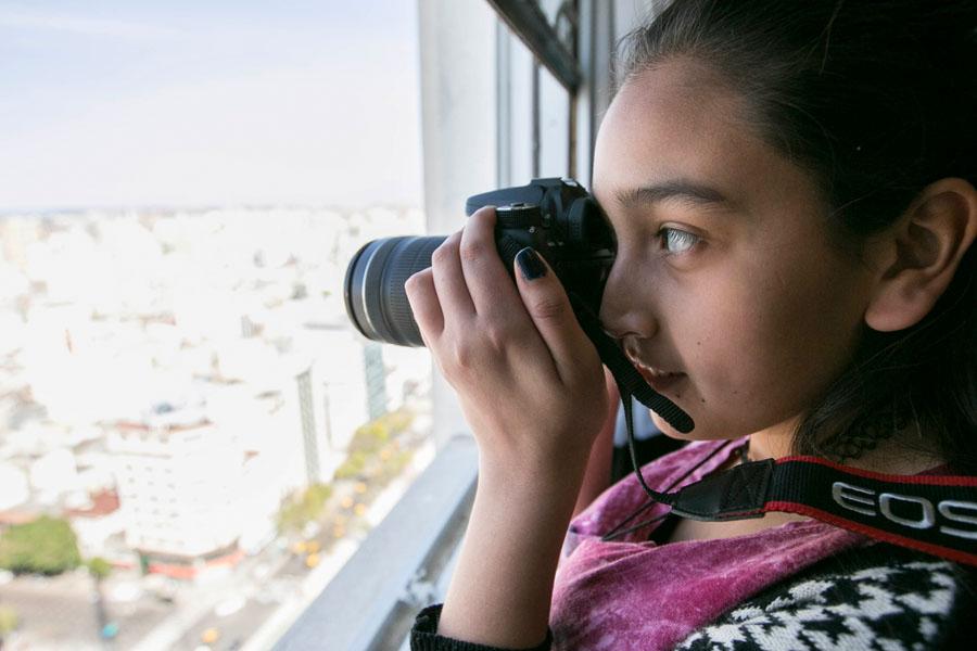 Fotografía ilustrativa de una chica sacando fotos.
