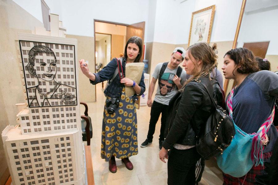 Fotografía ilustrativa de la tallerista mostrarndo una maqueta del MOP.