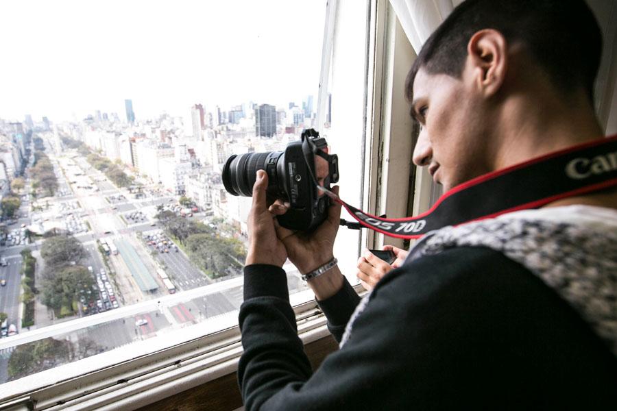 Fotografía ilustrativa de un chico sacando fotos en el MOP.