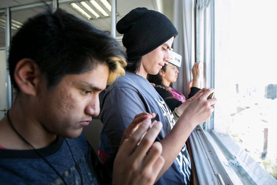 Fotografía ilustrativa de una de jóvenes sacando fotos.