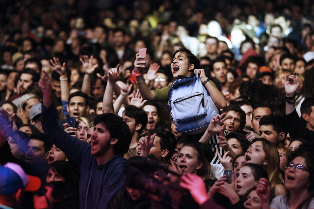 Fotografía ilustrativa de jóvenes disfrutando el recital.