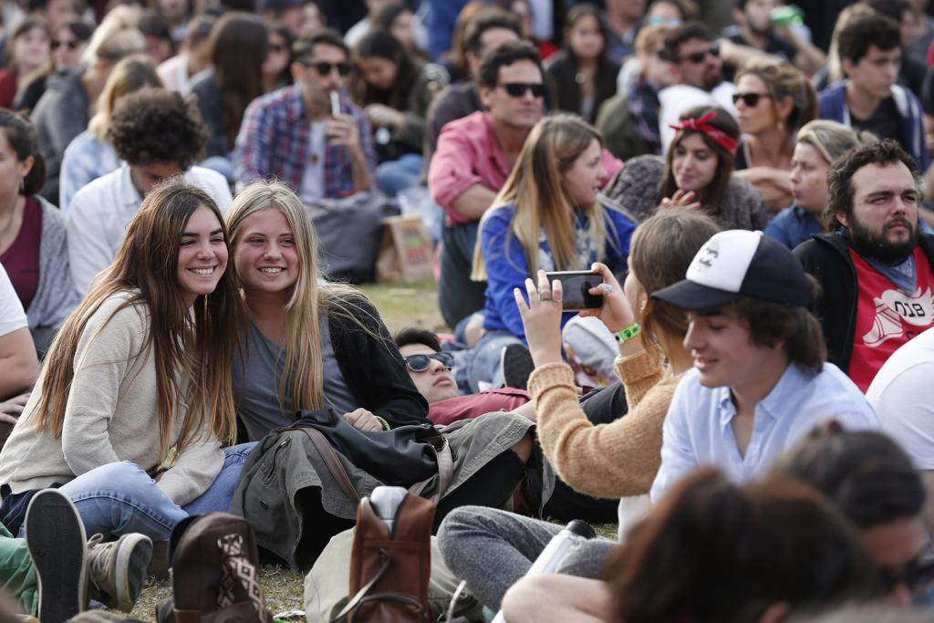 Fotografía de jóvenes sacándose una foto.