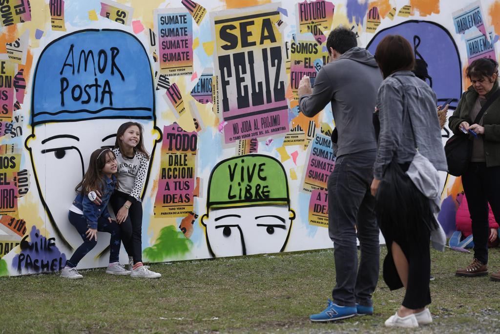 Fotografía de unas chicas sacándose una foto en un mural.