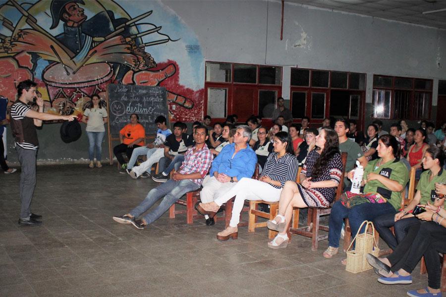 Fotografía ilustrativa del público charlando.