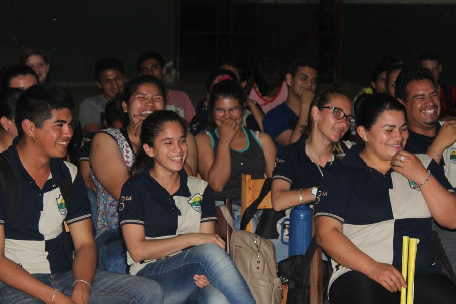 Fotografía ilustrativa de personas riéndose.