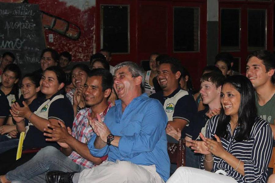 Fotografía ilustrativa del público riéndose.
