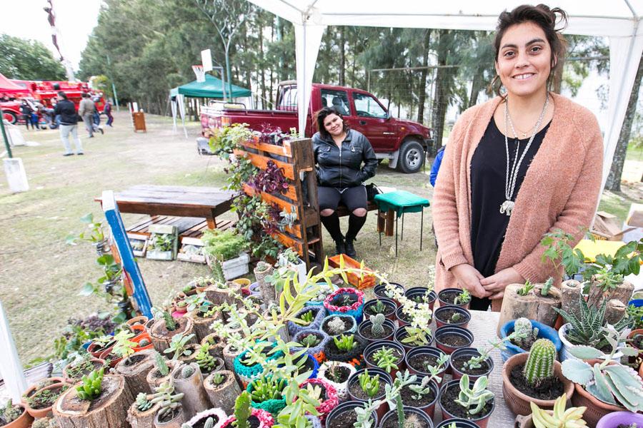 Fotografía ilustrativa de una señora vendiendo plantines.