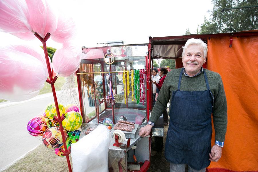 Fotografía ilustrativa de un hombre vendiendo dulces.